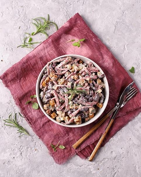 Салат с фасолью, сухариками и колбасой