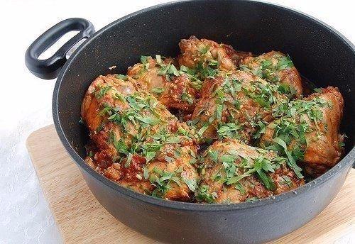 Чахохбили. Одно из вкуснейших блюд грузинской кухни.Фазан, по-грузински «хохоби», ранее широко распространёная в Грузии птица. Так хохоби и дал название любимому многими блюду Чахохбили. По