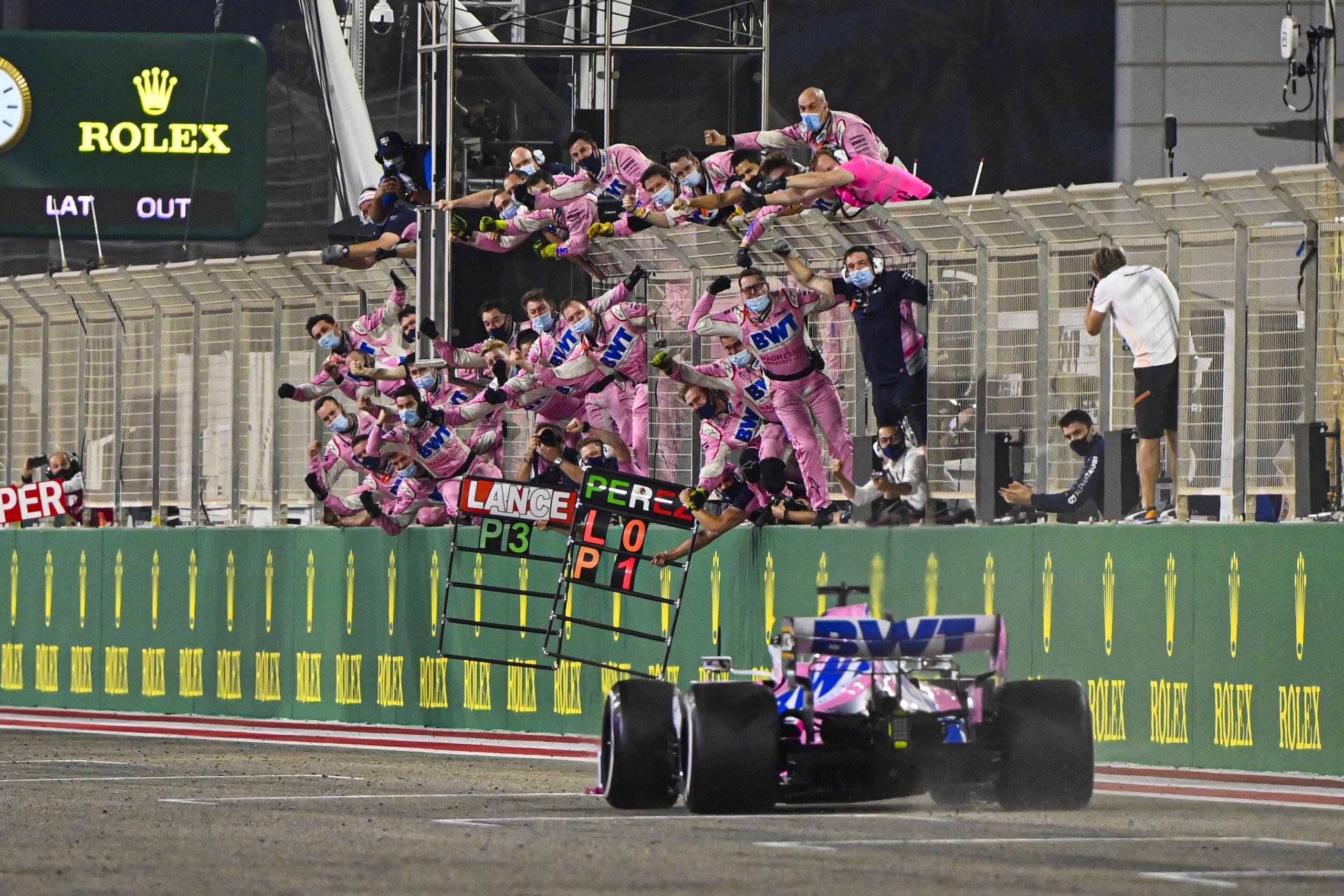 Racing Point празднует победу Серхио Переса на гран-при Сахира 2020 года