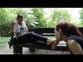 Goddess Jessica на лавочке рабыня вылизывает ножки Foot fetish Фут-фетиш girl slave licking feet #femdom #mistress
