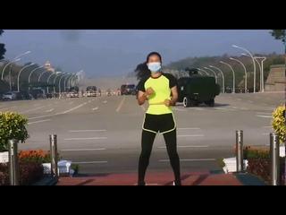 Учительница физкультуры из Мьянмы случайно записала видеоурок на фоне начала военного переворота