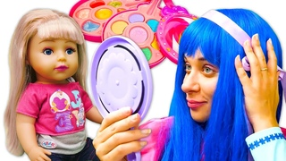 Les princesses font du maquillage à Mia Baby Born Sister. Vidéo amusante pour enfants.