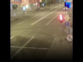 Автомобиль службы такси Uber перевернулся на Австрийской площади