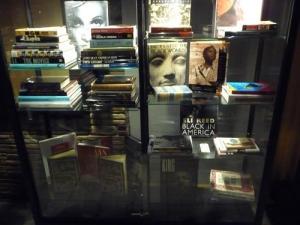 Библиотека Майкла Джексона: витрина с книгами, представленная на фанфесте в 2010-м году