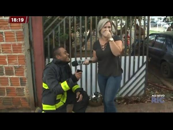 """Bombeiro pede repórter em casamento ao vivo durante cobertura de incêndio coisa meio complicada"""""""