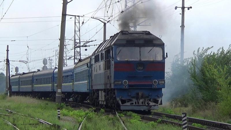 ТЭП70 0088 с пригородным поездом Днепр Лоцманская Апостолово отправляется со ст Днепр Лоцманская