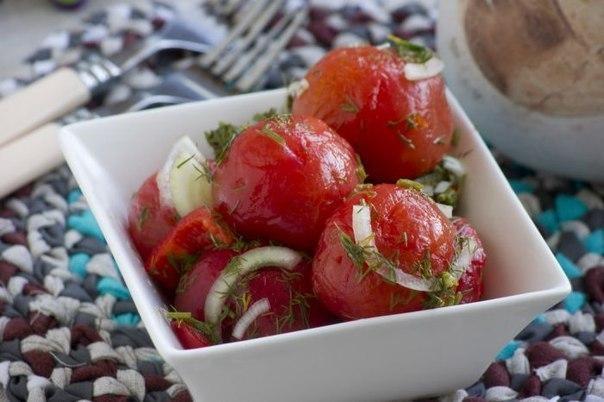 Помидоры закусочные. Отличная закуска из свежих домашних помидорчиков!Вам потребуется:Помидоры 1 кгПерец болгарский (красный) 1 штЛук репчатый 180 гУкроп свежий 1 пучокЧеснок 0.5 штВода 1 лСоль