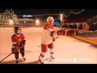 Владимир Путин играет в хоккей с больным раком мальчиком