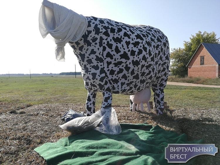 """В компанию """"соломенному гаишнику"""" добавились баба с макияжем и корова """"без головы"""""""