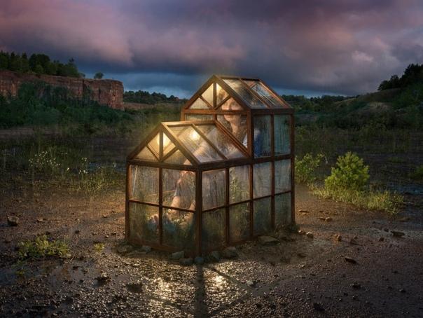 Эрик Йоханссон (Eri Johansson родился в 1985 году в маленьком городке в Швеции и все детство прожил на ферме, много времени проводил на природе. Эрик вспоминает, что любил рисовать, сколько себя
