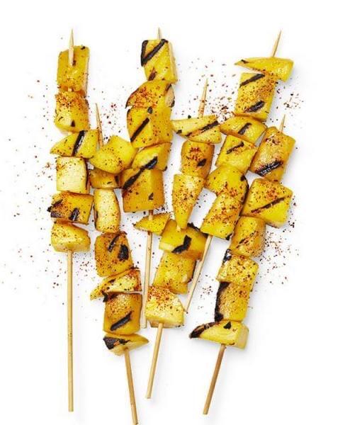 Шашлычки из манго с чили и лаймом Жареное на гриле манго это превосходный гарнир к мясу или курице, который придаст вашему блюду экзотический, тропический вкус. Кубики спелого манго насаживаются