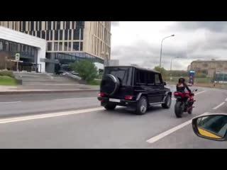 Валим с геликом – девушка на мотоцикле