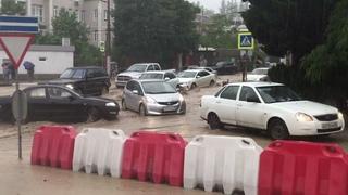 Потоп в Крыму. Ялта. Полиция спасает людей