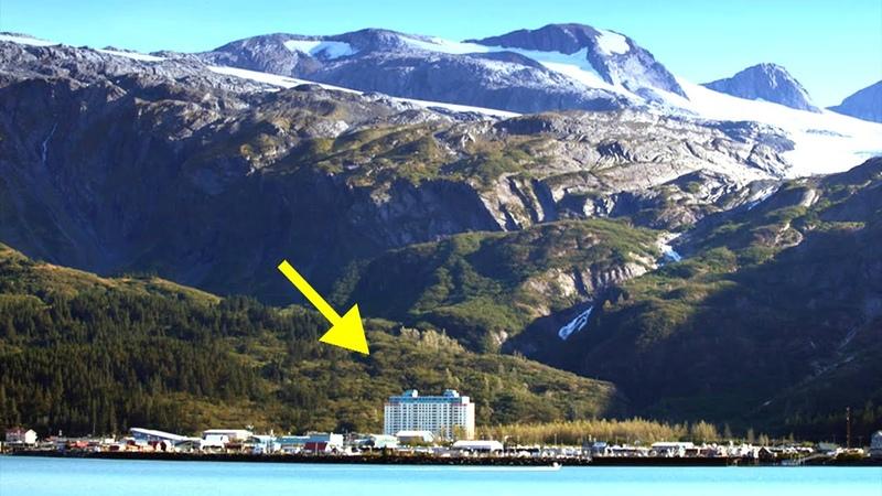 Почему жители этого города живут в одном доме Изолированный между горами и морем Уиттиер Аляска
