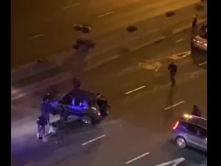 Минск. Видео, на котором люди в форме бьют дубинками по машине