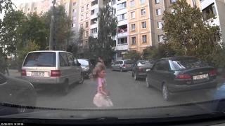 Девочка выскочила на дорогу из-за припаркованной машины