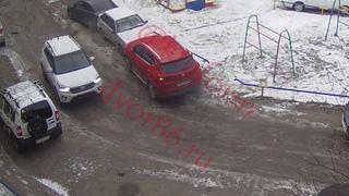 Девушка ударила 3 авто на Быстринской улице в Сургуте