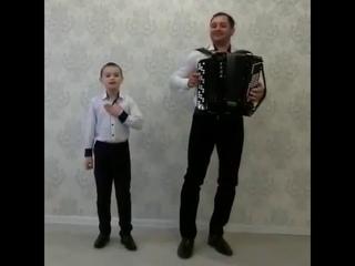 Невероятно талантливый мальчуган танцует и поет красиво под баян!