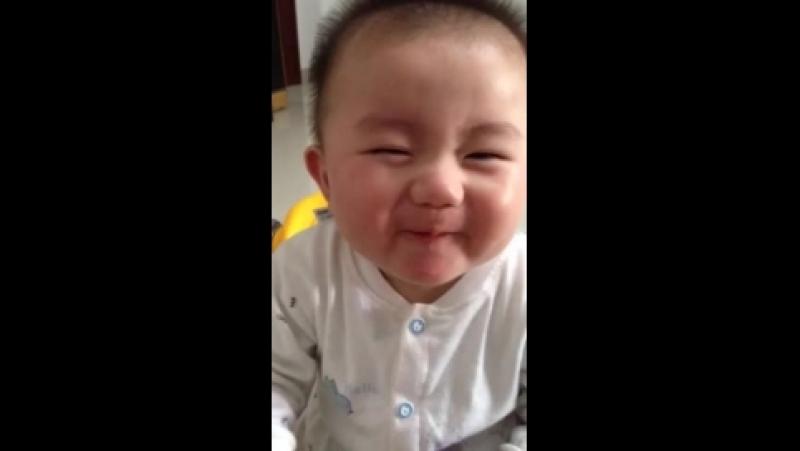 славный и смешной малыш моя девочка спокойно ест лимон в отличее этого малыша