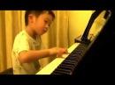 Китайский мальчик виртуозно играет на фортепиано