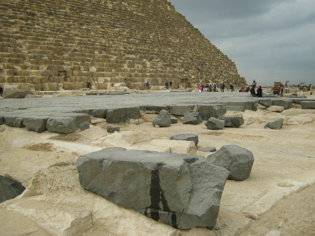 Загадочная базальтовая площадка около пирамиды Хеопса
