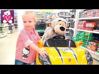 Вероника в мини-зоопарке кормит зверюшек и выбирает игрушки в магазине.