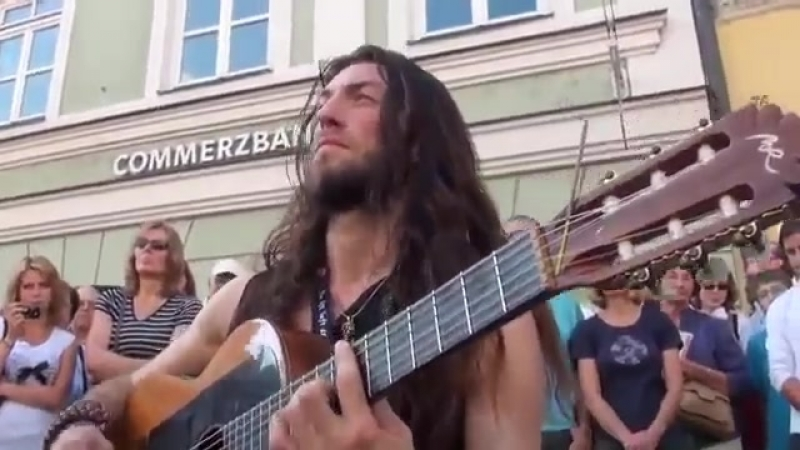 Его зовут Эстас Тонне Гитарист