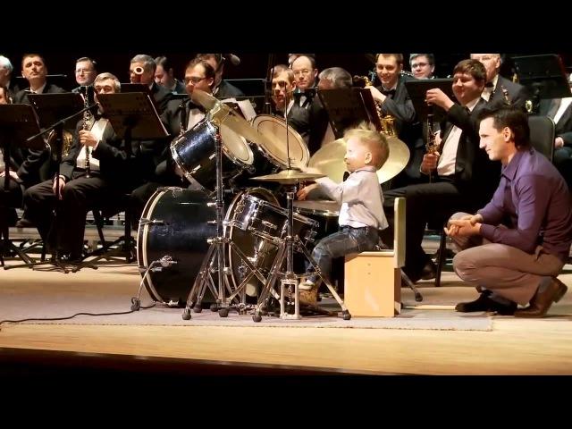 Маленький ребенок барабанщик Леня Шиловский Выступление с духовым оркестром
