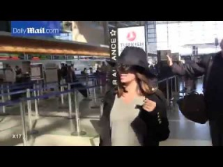 Travel chic! Eva Longoria flawlessin loose gray sweater   fedora