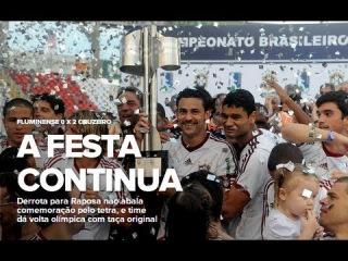 Fred, do Fluminense, levanta a taça da campeão brasileiro de 2012