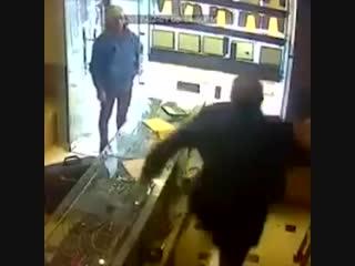 В Иране зверски убили продавца и ограбили ювелирный магазин