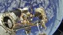 Cosmonautas Rusos Caminando afuera de la Estación Espacial Internacional...