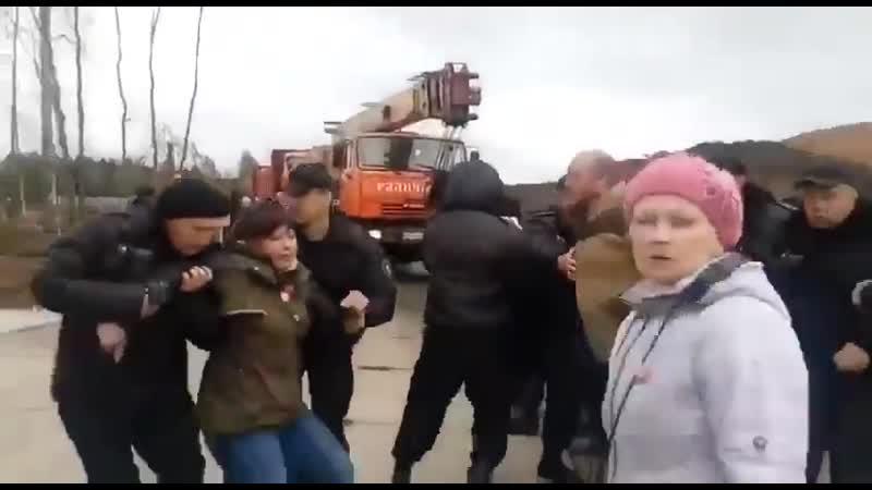 На станции Шиес ЧОп и ОМОН избивают экологических активистов,блокирующих строительство незаконного полигона для мусора из Москвы
