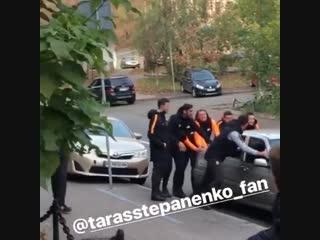 Тарас Степаненко и остальные игроки Шахтёра, помогают обычному водителю авто перед матчем.