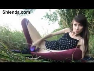 Молодая деревенская школьница шлюшка снимает трусики в лесу Mature teen anal