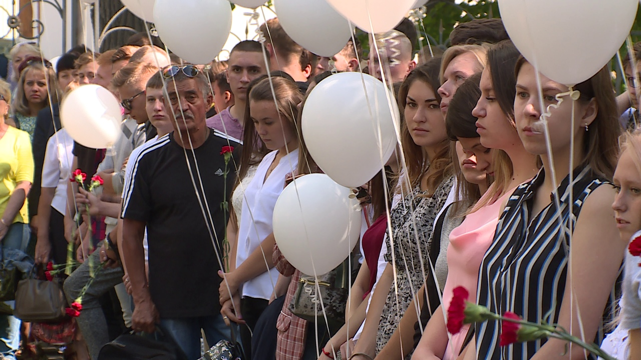 Липчане запустили белые шары в память о погибших детях   — Изображение 1