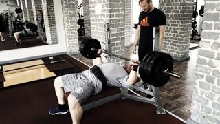 Жим лежа 150 на 8, жим гантелей 50 кг.