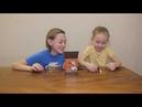 дети распаковываю игру Побег из курятника и играют