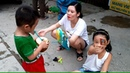Gia Linh chị Cúc và em Cò ăn bim bim uống nước dừa ở cồng trường Đại học Công Nghiệp của chị Cúc