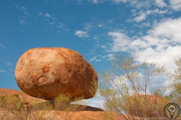 ДЬЯВОЛЬСКИЕ КАМНИ КАРЛУ-КАРЛУ В АВСТРАЛИИ. Эти огромные валуны, получившие название Дьявольские камни Карлу-Карлу, находятся в ста километрах к югу от Теннант-Крик в Северной Австралии. Эти