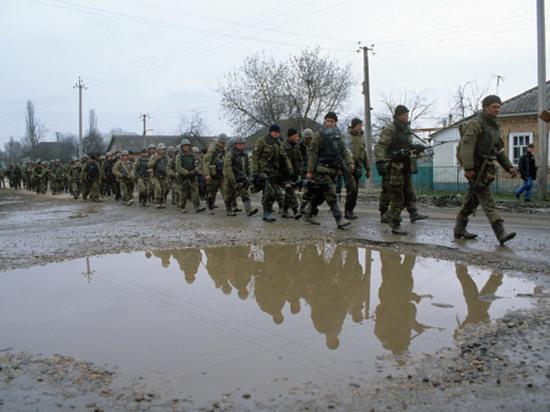 Солдаты федеральных войск в чеченском селе, 1995 год.