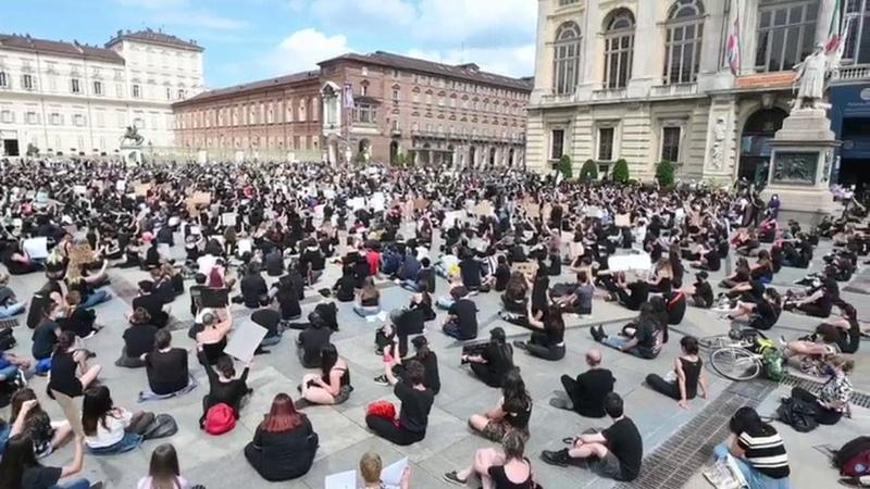 Torino in migliaia in piazza contro il razzismo e per George Floyd