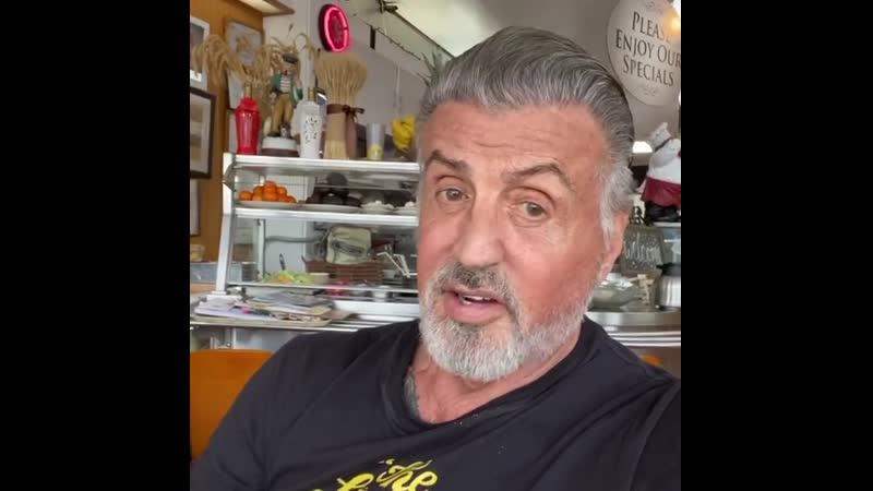 Из инстаграма Слая Сталлоне: Начинаем день с завтрака - нашей любимой трапезы за день. Я проголодался после 1,5 часов занятий.
