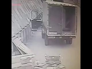 ДТП в Москве: Водитель газели выскочил из салона за секунду до того, как в его авто влетела фура