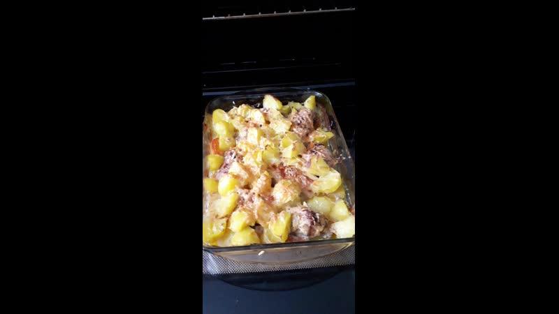 кур окорока со специями и картошкой варёной в духовке
