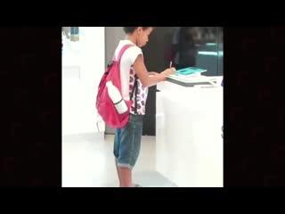 школьник делает уроки в магазе