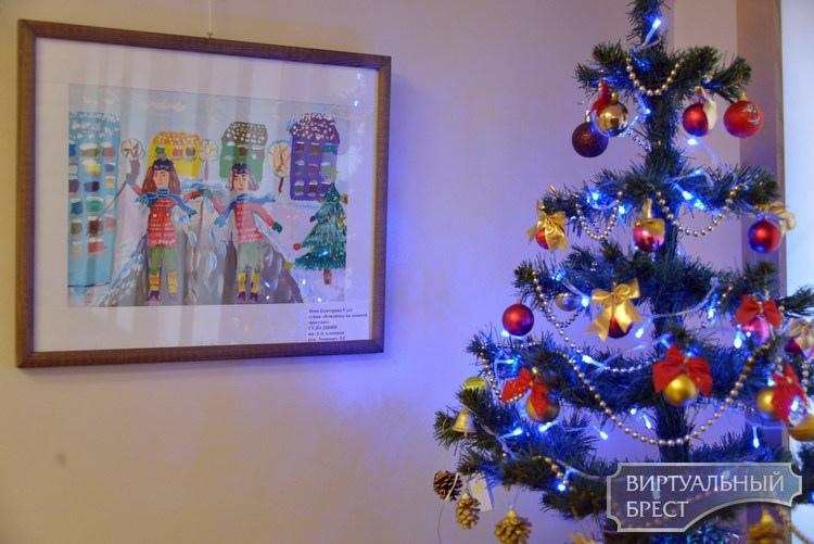 В Бресте открылась выставка «Рождественские мелодии». В основном она про Новый год