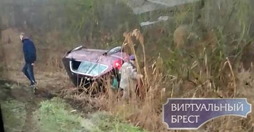 По дороге на Черни автомобиль перевернулся в кювет