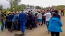 2 мая 2014. Ясногорка. Люди голыми руками останавливают БТР украинских усмирителей