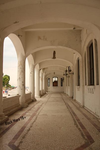 Заброшенное казино Констанцы Казино когда-то было роскошным заведением в стиле модерн, а сегодня является одним из самых красивых заброшенных зданий Румынии. Первоначально построенное по заказу